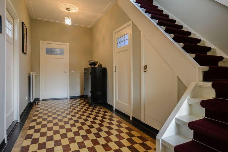 Mooi originele tegelvloer in de hal van een jaren 30 woning jaren 30 - Huis entree van hal ...