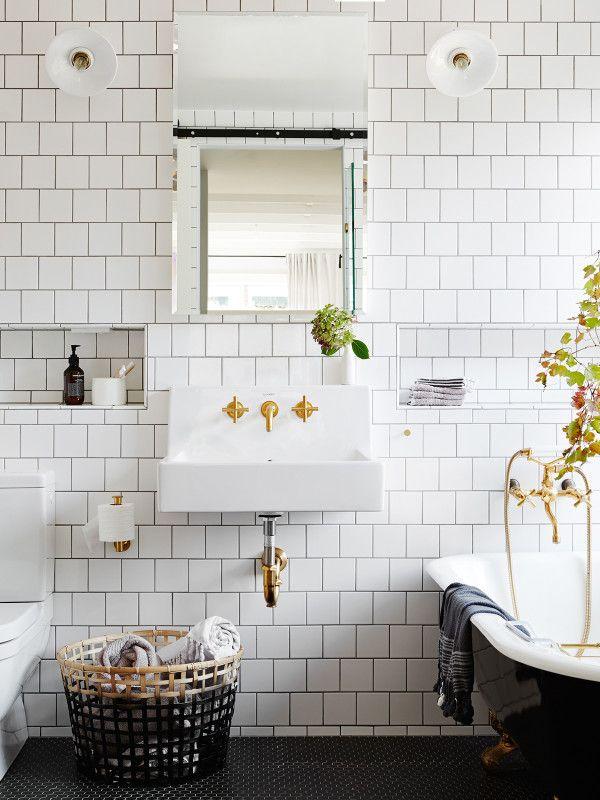 Ett snyggt retroinspirerat badrum i vitt 15x15cm med mörk fog. Vi har sett det så mycket nu att det blivit en klassiker som tål att upprepas!