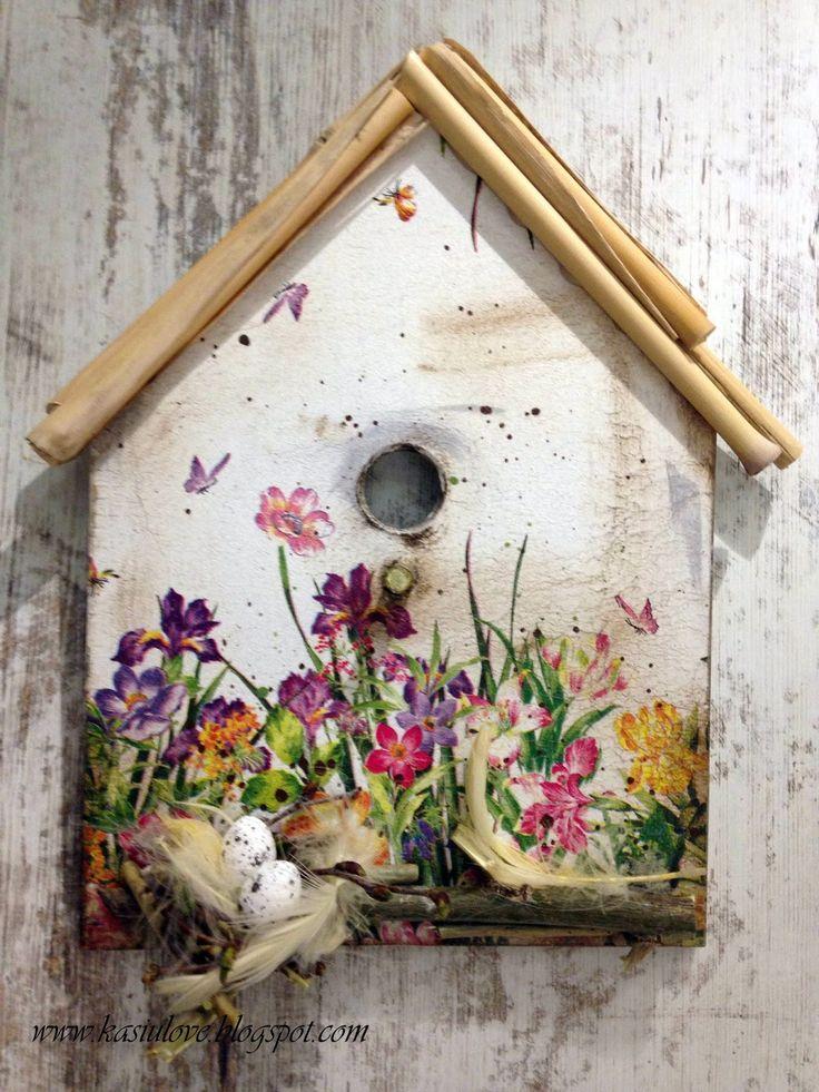 Wielkanocne domki - stroiki do powieszenia Kawałek deski obcięty w kształcie domku ozdobiony technika decoupage,  dach z patyków, gniazdo z gałązek brzozowych.  Trochę inna wiosenna i wielkanocna dekoracja.  Easter decoupage houses.