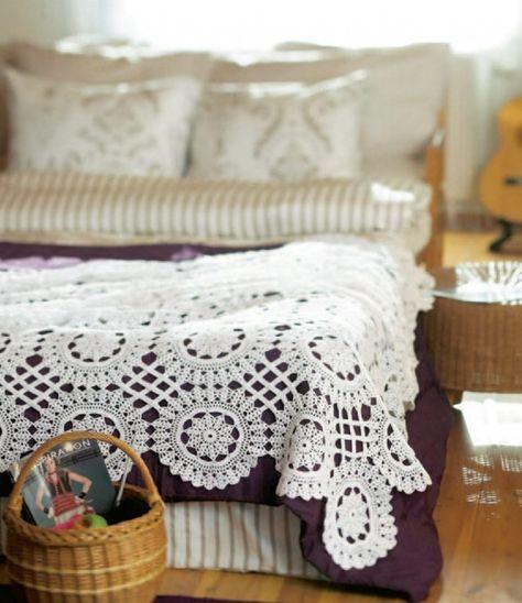 Det tar litt tid å hekle et så stort sengeteppe, men resultatet blir så vakkert at det er absolutt er verdt innsatsen for den som gir seg i kast med det.