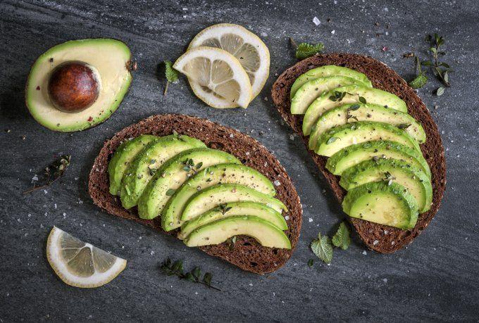 Wer sich statt Schokolade nachts lieber eine Avocado gönnt, spart nicht nur Kalorien, sondern fühlt sich auch am nächsten Tag deutlich besser