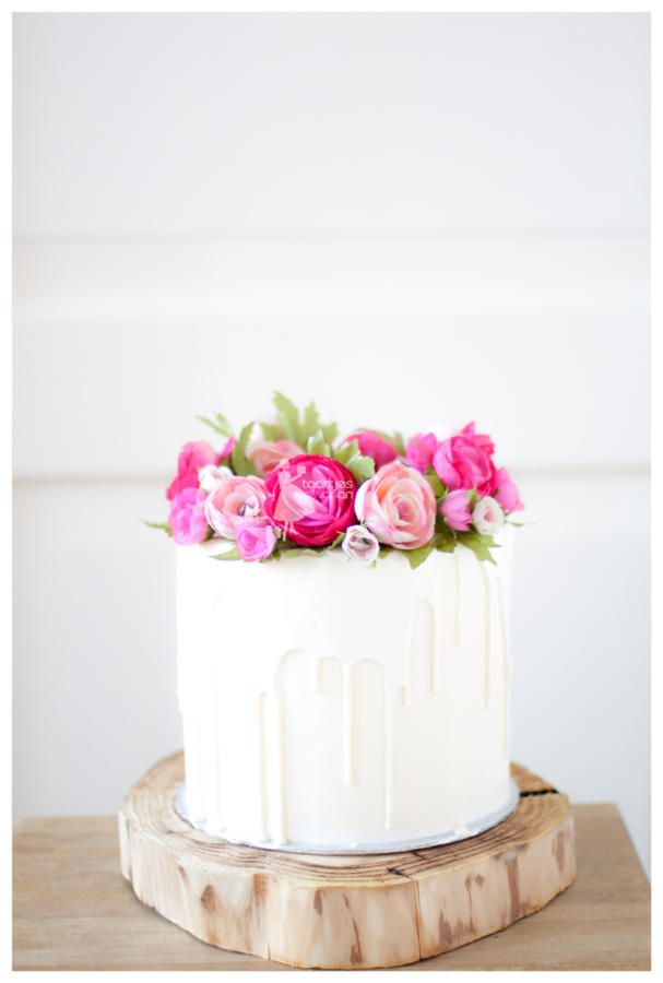 White chocolate dripping cake with handmade flowers by Taartjes van An (Anneke) - http://cakesdecor.com/cakes/228158-white-chocolate-dripping-cake-with-handmade-flowers