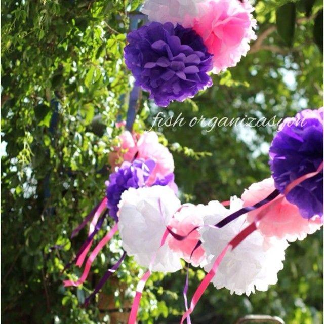 Ağaçların altında rengarenk bir düğün... #wedding #düğün #nişan #kına #ponpon #süsleme #konsept #organizasyon #pembe #mor #weddingdesign #nedime #aşk #love #pink #kişiyeözel #butik #kırdüğünü #engagement #gelin #damat #bride #best #izmir #fishorganizasyon #fluffy #instagood