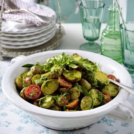 Backkartoffelsalat mit Rucolapesto Rezept (Hefeflocken statt Parmesan für eine vegane Version!)