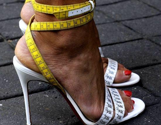 Sposób na bolące stopy w szpilkach, porady, szpilki, buty na obcasie