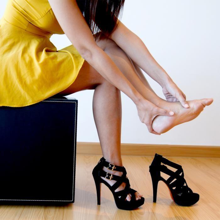 We doen het allemaal wel eens: schoenen kopen die heel slecht zitten maar te mooi zijn om er aan te weerstaan. Dankzij deze handigetipkan je de pijn verzachten en blaren voorkomen. Zo loop je nooit meer op blote voeten naar huis!