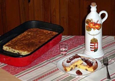 A túrót, a tejfölt, a búzadarát, a lisztet, a cukrot, a csipet sót, a vaníliás cukrot és a mazsolát keverőtálba elkeverjük.