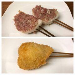 今日ご紹介する串揚げはレンコンの肉詰めです レンコンは産地として有名な佐賀県白石産のレンコンを使っています 白石産のレンコンは糸ひきが良くホクホクモチモチとした食感が特徴で鮮度を保つためきめ細かな土をつけた泥付きでやって来ます このレンコンに合挽きミンチとみじん切りにした玉ねぎを混ぜ合わせ塩コショウのみで味付けをしたタネを詰めて串揚げにしています サクサクとした食感のレンコンと一緒にジューシーなミンチの旨味が口一杯に広がります 定番ですが本当に美味です是非ご賞味ください  #串cafeたまねぎ #串揚げ #創作串揚げ #熱々 #福岡市 #西区 #愛宕 #月替わりメニュー #旬の素材 #白石産レンコン #レンコンの肉詰め tags[福岡県]
