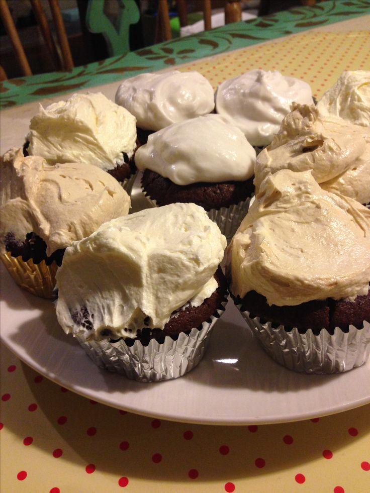 Cupcakes vegan gluten free.  Ingredientes queque: harina de avena, azúcar morena, leche de coco, agua, aceite, polvos royal , chocolate en polvo.  Frosting: leche de coco y azúcar flor.