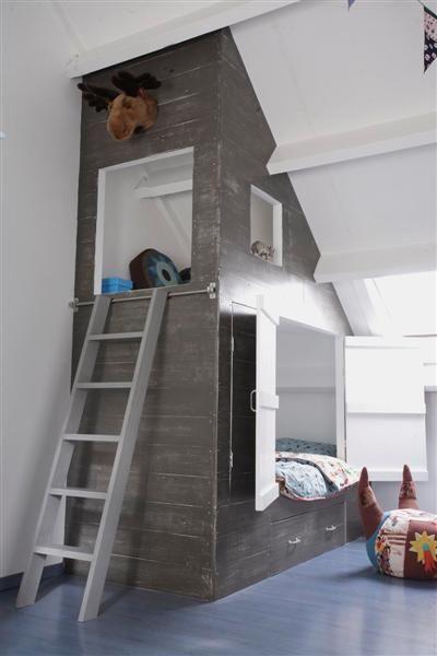 Chambre d'enfant dans les combles : profiter du toit incliné pour créer une cabane autour de lits superposés