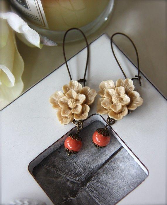 ♥´¨) ¸.•´ ¸.•*´¨) (¸. •´ ♥ ~ zoete zachte bruine sakura bloemen cabochons. Ze zijn beveiligd naar nieuwe heldere koraal swarovski glas parels. Een unieke kleurencombinatie die goed mengt. Een mooi paar oorbellen voor jaarrond. :) Op verouderde messing nier oor draden gehangen. Sakura bloemen maatregel ongeveer 22 mm. Earwires maatregel 32 mm. totale lengte van haar nieuwe oorbellen is ongeveer 3 inch. ♥ Aarzel niet om te convo me met eventuele vragen, bijzondere verzoeken/custom orders...