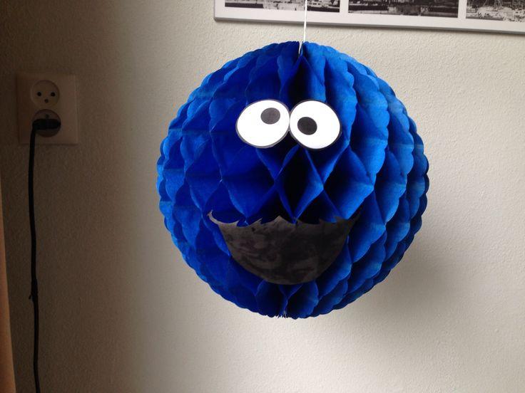 Cookie monster honeycomb. Zelf gemaakt met een honeycomb van de Zeeman (super cheap!), ogen en mond uitgeprint en erop geplakt. Super simpele decoratie voor een feestje!