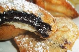 Deliciosas galletas oreos cubiertas por una capa de masa crepe. Delicioso! Puedes comerlas con azúcar impalpable y decorarlas con chantilly y fresas. Esta receta es típica de Estados Unidos.