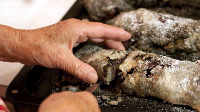Štrúdľa z cukrárne sa s domácou ťahanou nedá porovnať, tvrdí Želmíra Oravcová z Banskej Bystrice.  250 g hladkej múky špeciál   štipku soli   0,2 l letnej / vlažnej vody   lyžičku oleja   1 väčšie vajíčko (alebo 2 menšie)   maslo na potretie   ľubovoľné dobroty do plnky: mak, tvaroh, hrozienka, čerešne, jabĺčka...