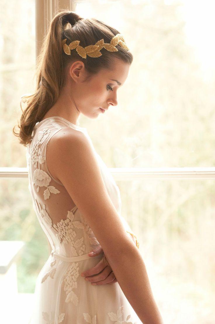 Wunderschöne Hochzeitsinspiration in Koralle und Gold!   Fotografie: Tali Hochzeitsfotografie +++ Kleider: perera/rüsche +++ Haar-Accessoires: La Chia +++ Floristik: Lily Deluxe +++ Papeterie: Hochzeit mit Konzept +++ Haare/Make-Up: Julia Krämer +++ Backwerk: Le Pom Pom Cupcakes +++ Model: Vesna Schierbaum