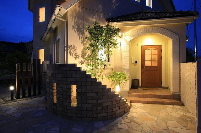 やわらかな光に包まれた温かみのある家。ぬくもり感じる憩いの場。 #lightingmeister #pinterest #gardenlighting #outdoorlighting #exterior #garden #light #house #home #soft #warm #warmth #rest #やわらかい #温かい #家 #光 #ぬくもり #憩い #庭 #照明 Instagram https://instagram.com/lightingmeister/ Facebook https://www.facebook.com/LightingMeister