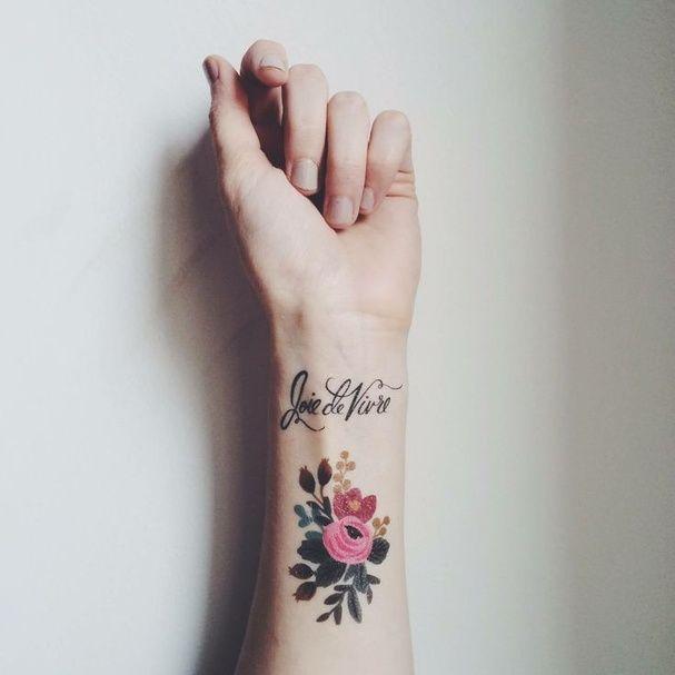 Un bouquet coloré à l'intérieur du poignet