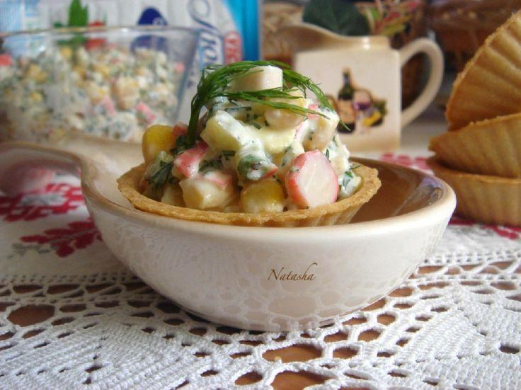 Умный Краб предложил мне на ужин салат из творога и крабовых палочек. В салате творог должен быть зернистый. Я взяла мягкий обезжиренный творог и использовала его как заправку к салату. Ещё вместо