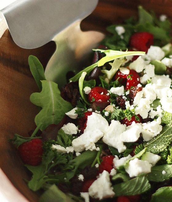Lekker licht, kleurrijk zomers en vooral heerlijk fris: deze salade met de smaakmakers frambozen en geitenkaas. In de salade zelf gaan jonge bladsla, frambozen, ongezouten zonnebloempitten, geschaafde amandel, muntblaadjes, gebrokkelde geitenkaas en rozijnen. Voor de dressing gebruik je olijfolie, rijstazijn, mosterd, knoflook, munt, peper en zout. De volledige stappen lees je hier! + + –