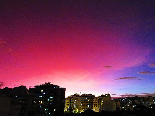 Извержение чилийского вулкана Калбуко сказалось на ярких закатах. Уже в первый день извержения — 23 апреля — вулканический пепел окрасил небо в районе вулкана в драматичный ярко-оранжевый цвет.