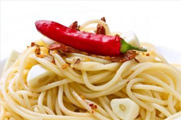 Non basta usare un olio extra vergine di qualità. Bisogna saper sfruttare a pieno tutte le sue potenzialità in cucina. Gli oli del passato, o quelli da primo prezzo, sono al massimo mezzi di cottura. Con i nuovi extra vergini di eccellenza dobbiamo rinnovare la cucina e la gastronomia
