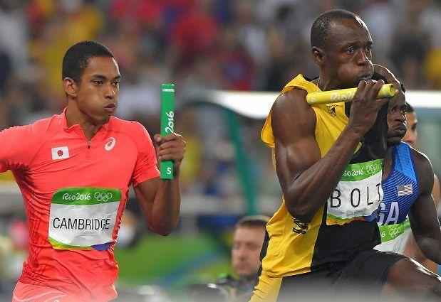 陸上男子400メートルリレーでアンカーを務めたケンブリッジ飛鳥(左)とジャマイカのウサイン・ボルト=リオデジャネイロの五輪スタジアムで2016年8月19日、和田大典撮影
