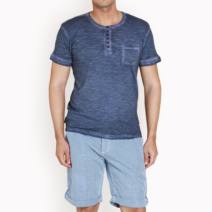 Μπλε μπλούζα με κουμπιά, 20,90€.