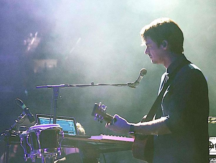 I sat down with Sam Farrar of Maroon 5 to talk about his pre-show rituals, world map drawings, and favorite Phantom Planet album.