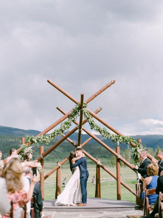 Utomhusbröllop med med naturen som bakgrund