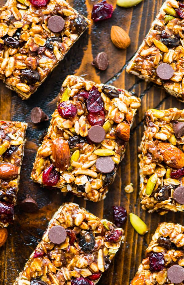 No Bake Peanut Butter Granola Bar recipe with chocolate chips, oatmeal, and honey. Healthy and gluten free. Recipe at wellplated.com | @wellplated