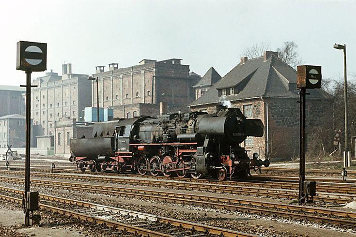 Wieder zurück auf dem Bahnsteig des Bahnhofes Sangerhausen kam 52 8096 aus dem Bw, um den Nahgüter nach Rottleberode zu bespannen. ---- Germany