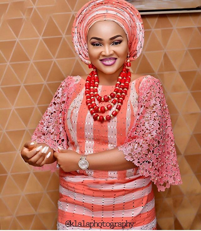 Wow!! @klalaphotography w Coral and white Aso Oke mixed with lace made from rich excellent fabrics @asolasoke  Beads @bims_world  Mua @beautifixx  @mercyaigbegentry still QUEENING , still WINNING  #tradlookbook