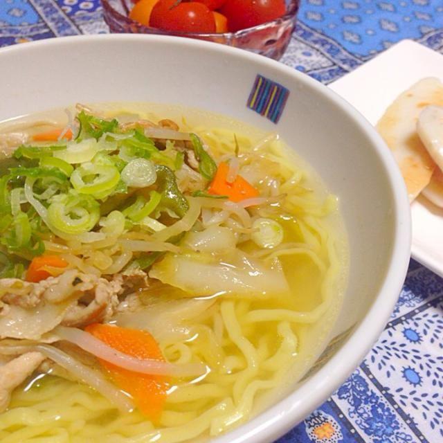簡単夕飯です。 地元のラーメンの麺とスープを買ったので、野菜たっぷり塩ラーメンです。 あとは、お土産の牛タン入り笹かま。 カラフルトマト - 11件のもぐもぐ - 塩ラーメン by chihiroish95Z