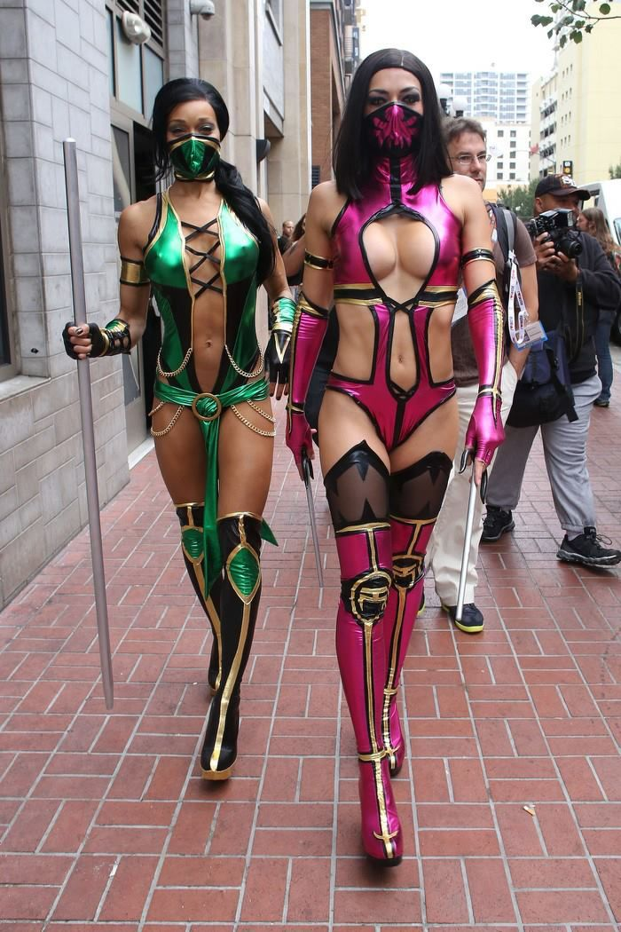 adrianne curry and fitness guru pal alicia marie steamed up this years comic con dressing up as sexy mortal kombat fighters mileena and jade - Mortal Kombat Smoke Halloween Costume