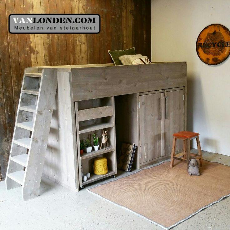 Halfhoogslaper met kastruimte en uistschuifbaar bureau (op wielen) van steigerhout ... www.vanlonden.com