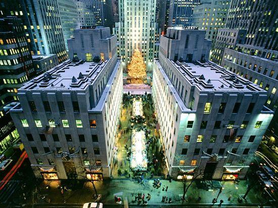 Árvore de Natal de Nova Iorque, Estados Unidos da América. A árvore de Natal que se encontra situada na praça do Rockefeller Center, na cidade de Nova Iorque, nos Estados Unidos da América (EUA) já pode ter sido ultrapassada, em termos de altura, por outras árvores, mas ela também é grande pela sua história. Há 75 anos que, por altura do feriado do Dia de Ação de Graças, acontece a sua inauguração.