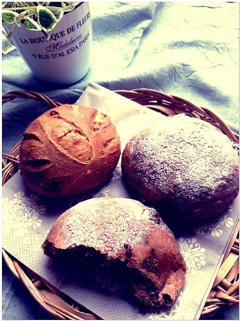 私がパンを焼くのはプレゼントする時だけかも… 我が家ではあまりパンを食べないので、いつもあげてばかりです(笑)  黒糖胡桃パンはずっと人気のパン✨ くるみが好きなら作って欲しいパンです(๑>◡<๑)❤  チョコマフィンは前回のチョコベーグルの牛乳を水に、バターをトランスフリーショートニングに置き換えています  チョコマフィンにピーナッツバターをたっぷり塗って、トーストするとめちゃ旨旨です(▰˘◡˘▰) - 411件のもぐもぐ - 黒糖胡桃パンandチョコマフィン  レシピ編集しました by 0106tomoemoe