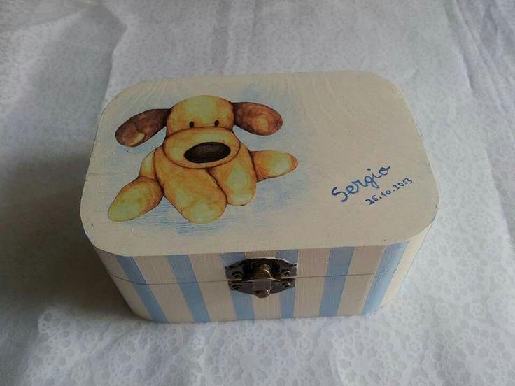 Caja de madera infantil pintada a mano y decorada con decoupage.