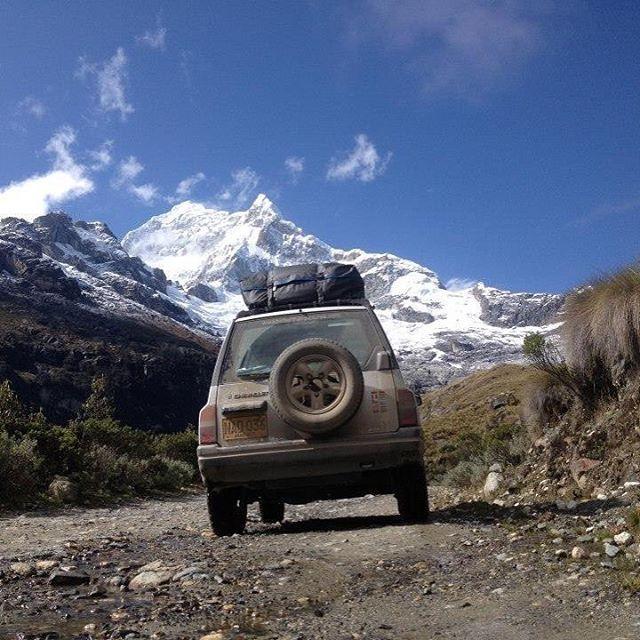La cordillera blanca de Perú es como para no cerrar los ojos ni un solo momento. Por una carretera destapada, estrecha y sinuosa alcanzamos unos 5.800 msnm y sentimos el cielo en nuestras manos. Lugares que nos dejan sin aliento!  #peru #suramérica