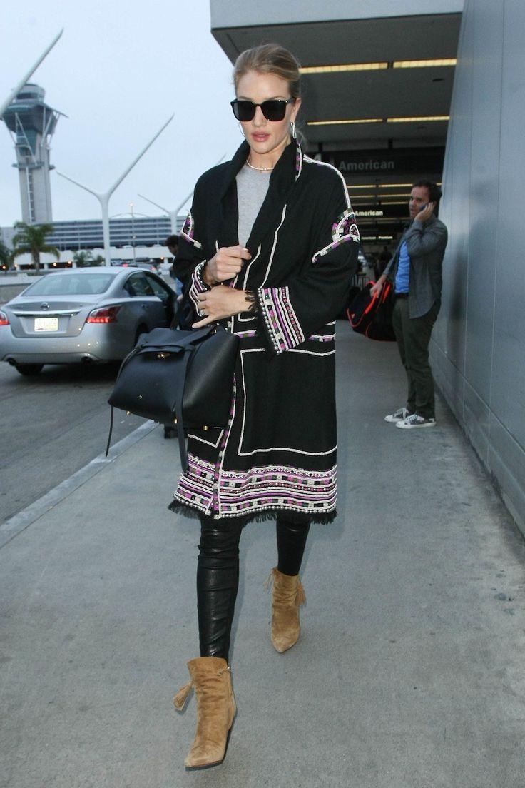 Een all-black outfit bij LAX luchthaven in Los Angeles - In stijl op vakantie: de mooiste airport looks afkijken bij Rosie Huntington-Whiteley