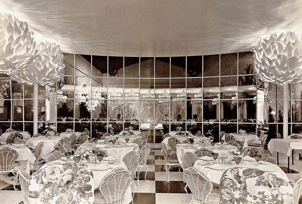 Ресторан отеля Hampshire House (1937). Торшеры стилизованы под апельсиновые деревья в кадках.