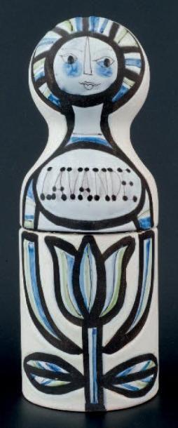 ROGER CAPRON VALLAURIS Flacon en verre teinté couleur ambre, dans son coffret en faïence figurant un personnage, décor émaillé polychrome. Titré «Lavande» et «Capron Vallauris», H: 23,5 cm