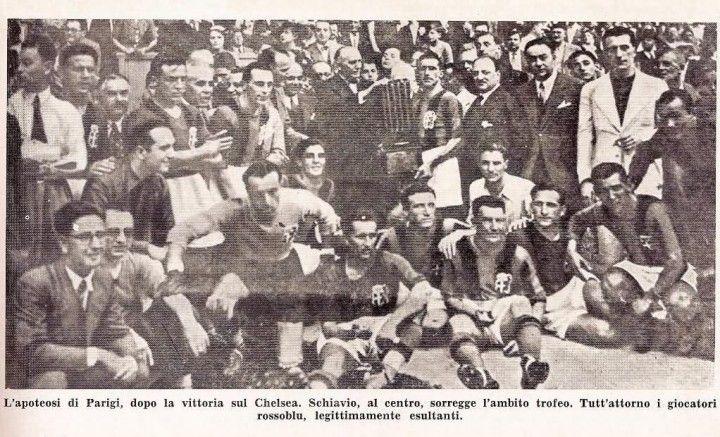 Il Bologna con il trofeo dell'esposizione, Parigi 1937. I felsinei sconfiggono in finale il Chelsea 4-1. Weisz e il primo a sinistra con la cravatta