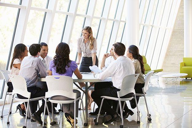 O estilo de liderança participativa mantém o foco na opinião de todos os funcionários.