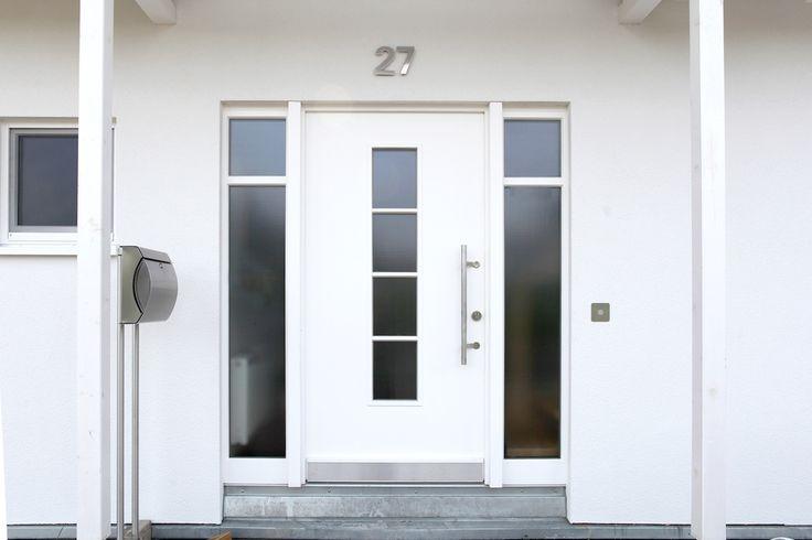 Weiß auf Weiß: Elegante Ganzblatt-Haustür mit zwei Seitenteilen und einem viergeteilten Lichtausschnitt | Sorpetaler Fensterbau