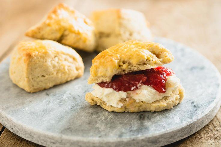 Zonder scones is je high tea niet compleet, ik leg je hier uit hoe je ze zelf kunt maken.