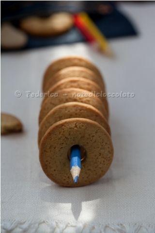 ...fa per tre, dice il proverbio. Ma sarà vero? &qout;G., per favore, mi prendi nel cassetto lo stampino RETTANGOLARE per i biscotti, quello con l'estrattore per fare tipo gli Oro S..wa&qout; Ed eccolo che arriva tutto gongolante con lo stampo QUADRATO per i ravioli! &qout;Ma gli Oro S..wa sono quadrati&qout; bi…