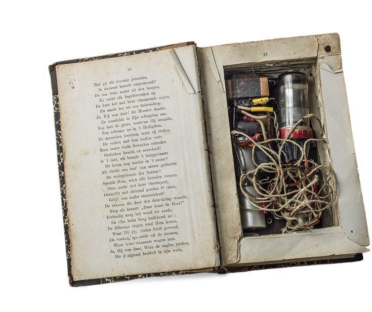Radio verstopt in een liedboek, nadat Nederlanders in mei 1943 hun radiotoestel moeten inleveren.