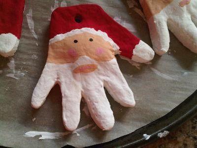 Père Noël en pâte à sel, réalisé à partir des mains des enfants. A suspendre au sapin, ou sur une porte.