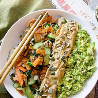 """Weet je nog niet wat je vanavond gaat eten? Dan is dit paleo maaltje een aanrader; broccolirijst met """"sate""""saus en wokgroenten. De satésaus maken we niet met pinda's natuurlijk 😉. Daarbij bestaat deze maaltijd voor 80% uit groenten! De directe link naar het recept staat in mijn bio."""